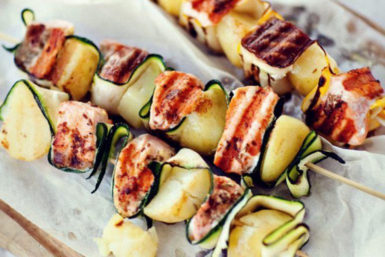 szaszłyki z łososiem obiad diabetyka-ziemniaki-źródło kwestia smaku