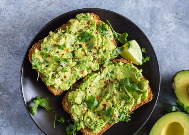 sniadanie-diabetyka-tost-z-awokado-szynka-i-papryka-cukrzyca